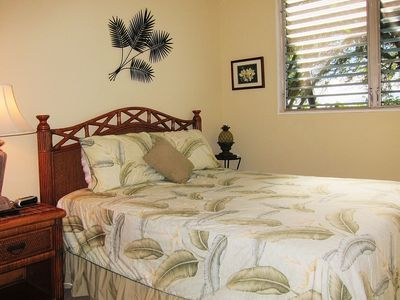 Queen size bedroom w/flat screen TV. Comes w/ocean views & soothing ocean sounds
