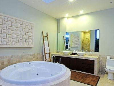Master en-suite with jacuzzi bath
