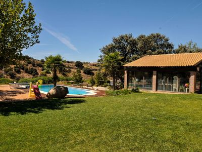 SPACIOUS VILLA WITH POOL, COMFORTABLE AND COMFORTABLE TO ONLY 2 KM. TOLEDO