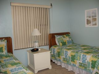 Ormond Beach condo photo - Cozy twin bedroom has coastal decor