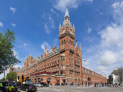 St Pancras station- 7 minutes walk (Paris 2 hrs15)