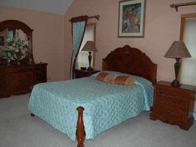 Master Bedroom (Queen Bed, Private Bathroom)