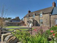 THE OLD FARMHOUSE, family friendly, with a garden in Lowick, Ref 3520