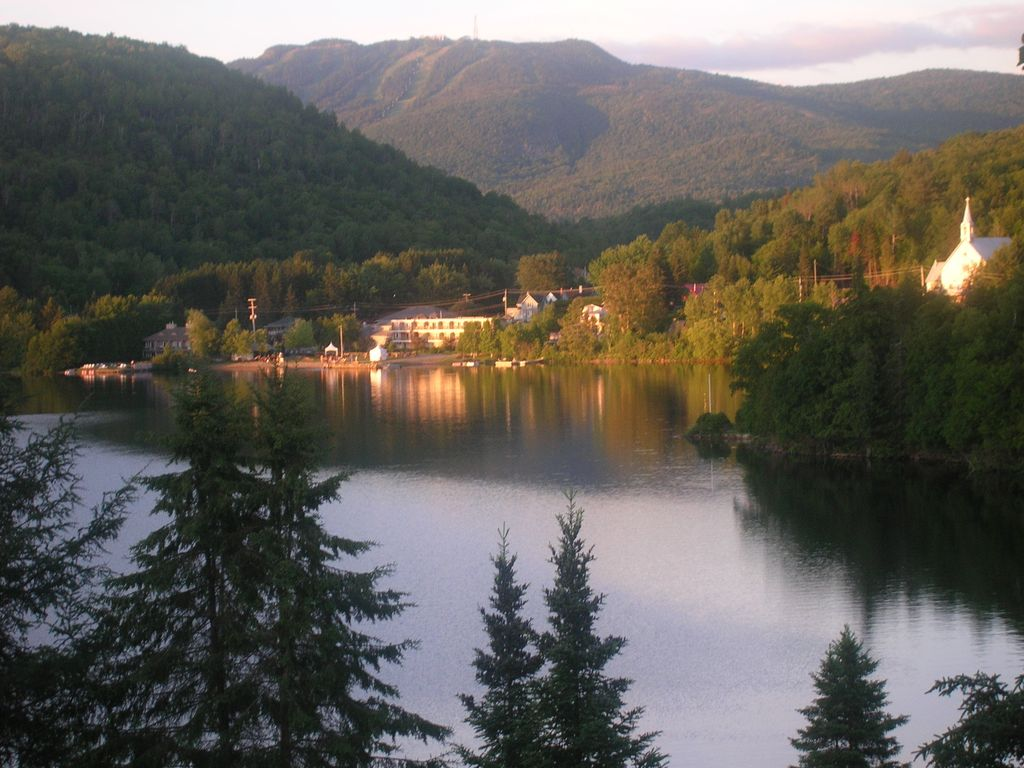 Beautiful waterfront home with gorgeous view of for Lac miroir mont tremblant