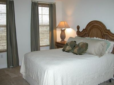 Queen-Size Bed,Guest Bedroom-W/Walk-In Closet-Private Full Bath-Ceiling Fan