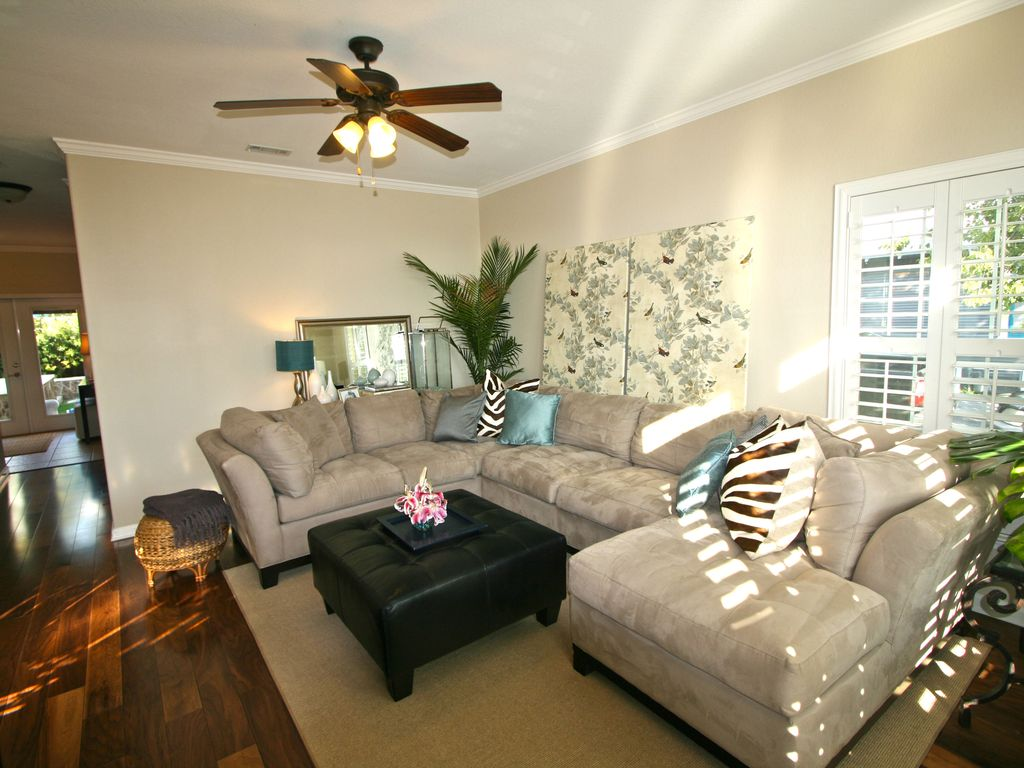 Easy walk to Everything in Downtown Austin. With Lounging Pool/ Hot Tub!
