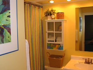 Harbor Island condo photo - En suite guest bath with tub shower combination.