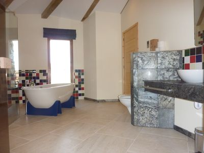 Achiltibiue house rental - A sumptuous bathroom...