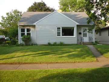 Mankato house rental - Curb appeal - front entrance from Jefferson Str