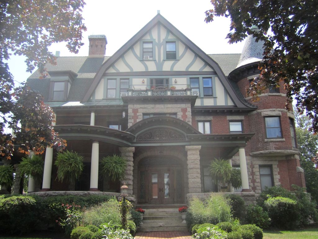 Condo in historic mansion with private homeaway for Vacation rentals in saratoga springs ny