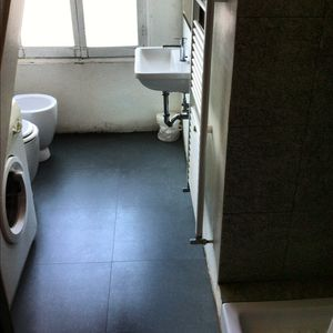 complete bathroom with shower and washing machine