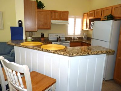 Fully equiped kitchen with granite countertops and breakfast bar