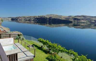 Columbia River Waterfront Home, 15 Minutes to Gorge Amphitheater, Cave B Winery