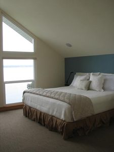 Master bedroom with sat tv, stereo speakers, new Tempur-pedic Cloud king bed