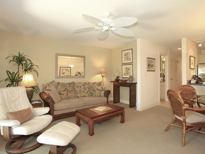 Wailea condo rental - LIVING ROOM WITH COMFORTABLE SOFA AND LEATHER CHAIR