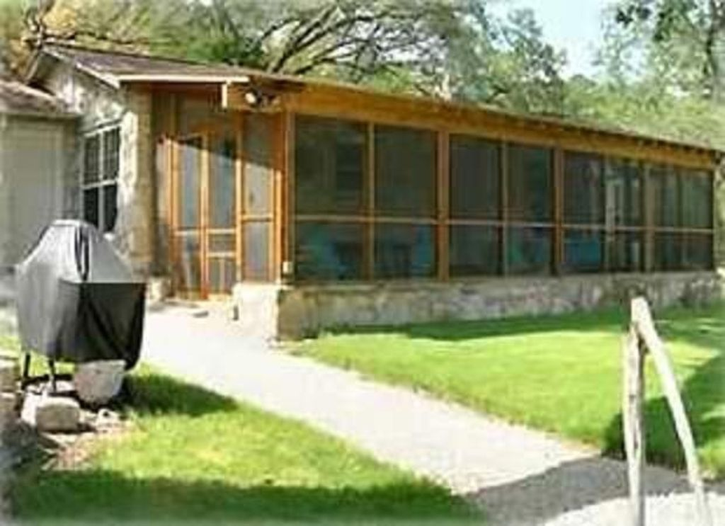 Secluded Cabin on Lake Travis- pet friendly