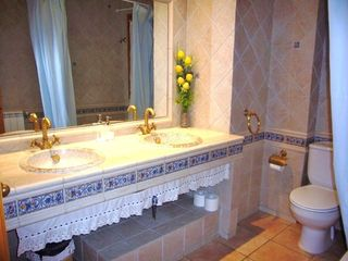 The house has 4 bathrooms - fx this pretty one