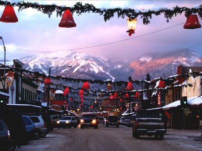 Downtown Whitefish- 7 miles from Morning Eagle via your vehicle or free SnowBus