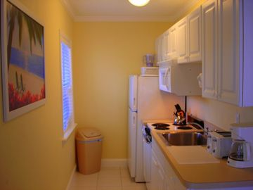 Full large Kitchen, all New Cookware, Sunny Window