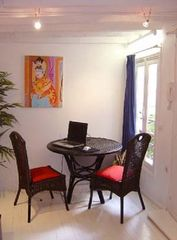 1st Arrondissement Louvre apartment photo - Dining table overlooking very nice patio