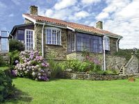 BRACKEN EDGE, pet friendly, with a garden in Sleights, Ref 887