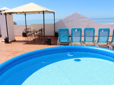 A beach 2 minutes walk, free wifi, TV, a / c, patio, terrace overlooking the sea