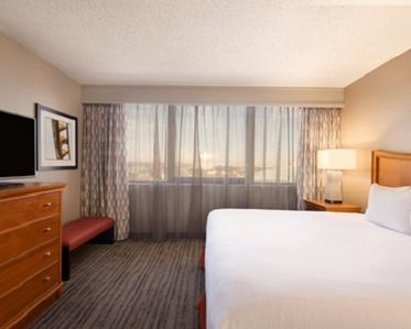 1 King 2 Room Corner Suite - Near Theme Parks, Shopping and Other Attractions