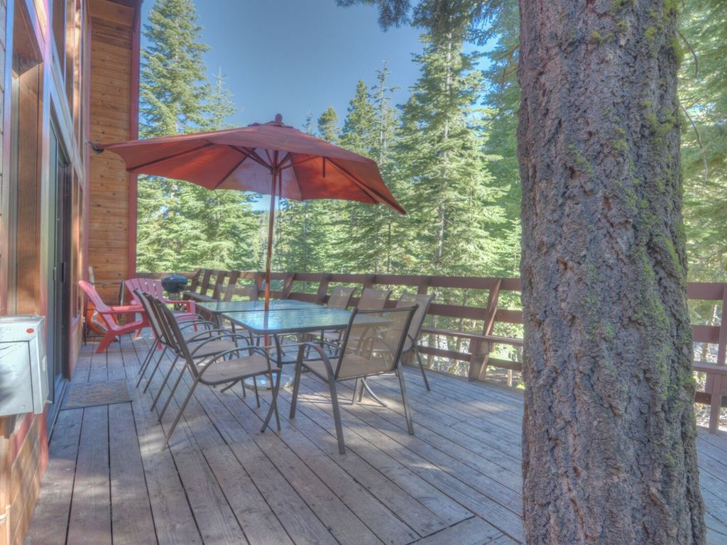 Large deck with wrap around seating adjacent to national forest!