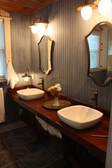 Savannah cottage photo - Large en suite bathroom with double vanity