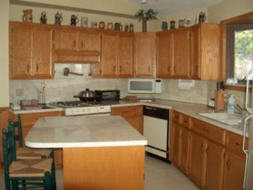 Fully furnished kitchen, gas stove, dishwasher