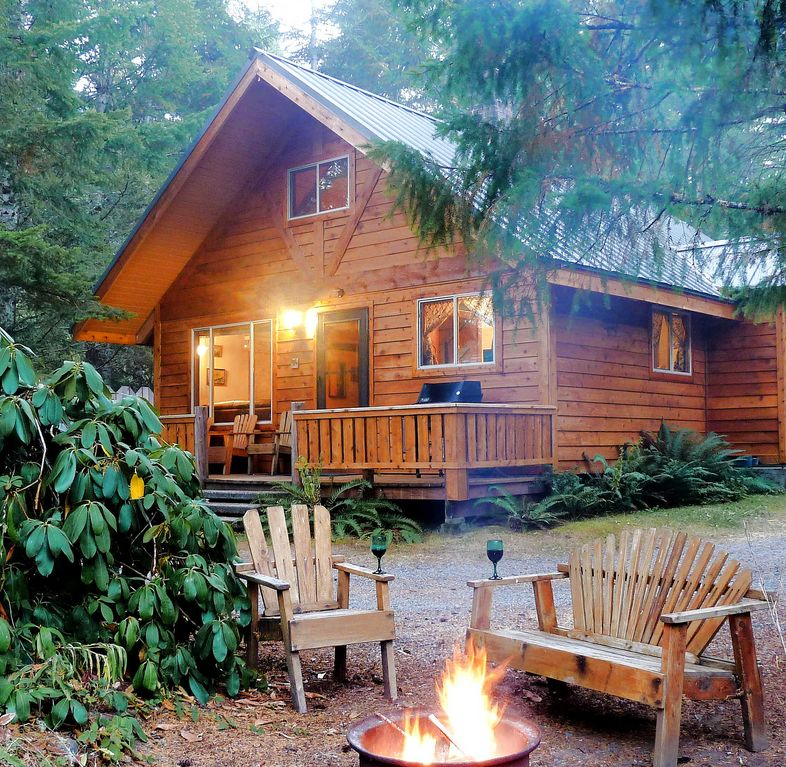 Betsy's Cabins-secluded hot tub cabin w/king beds, sleeps 6!