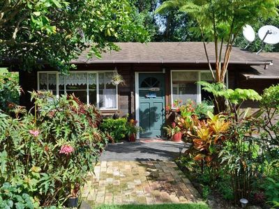 Cottage on a 3 acre estate, spa, fireplace, cozy, park like setting, fruit trees