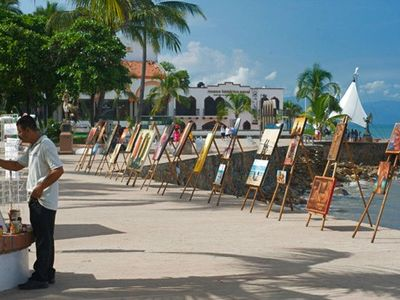 The Malecon (Boardwalk) is just 5 minutes away with many artists & entertainers!