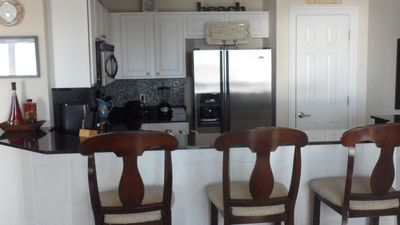 Chef's kitchen w/granite countertops, stainless steel appl, pantry, & Gulf Views