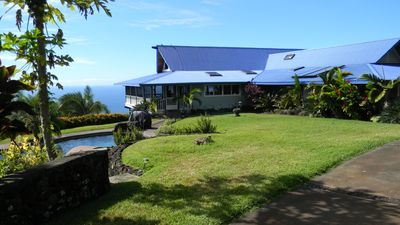 Captain Cook estate rental - Front of home w/pool