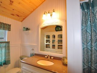 Peaks Island cottage photo - Upstairs Full Bathroom