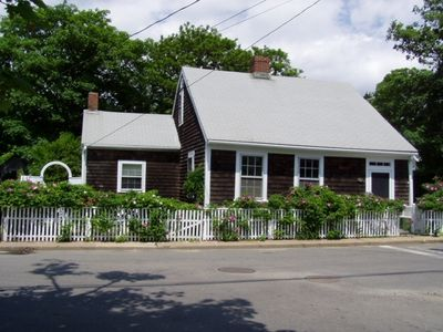Charming & Historical Edgartown  1700's Cottage.   5 Minute Walk to Beach & Town