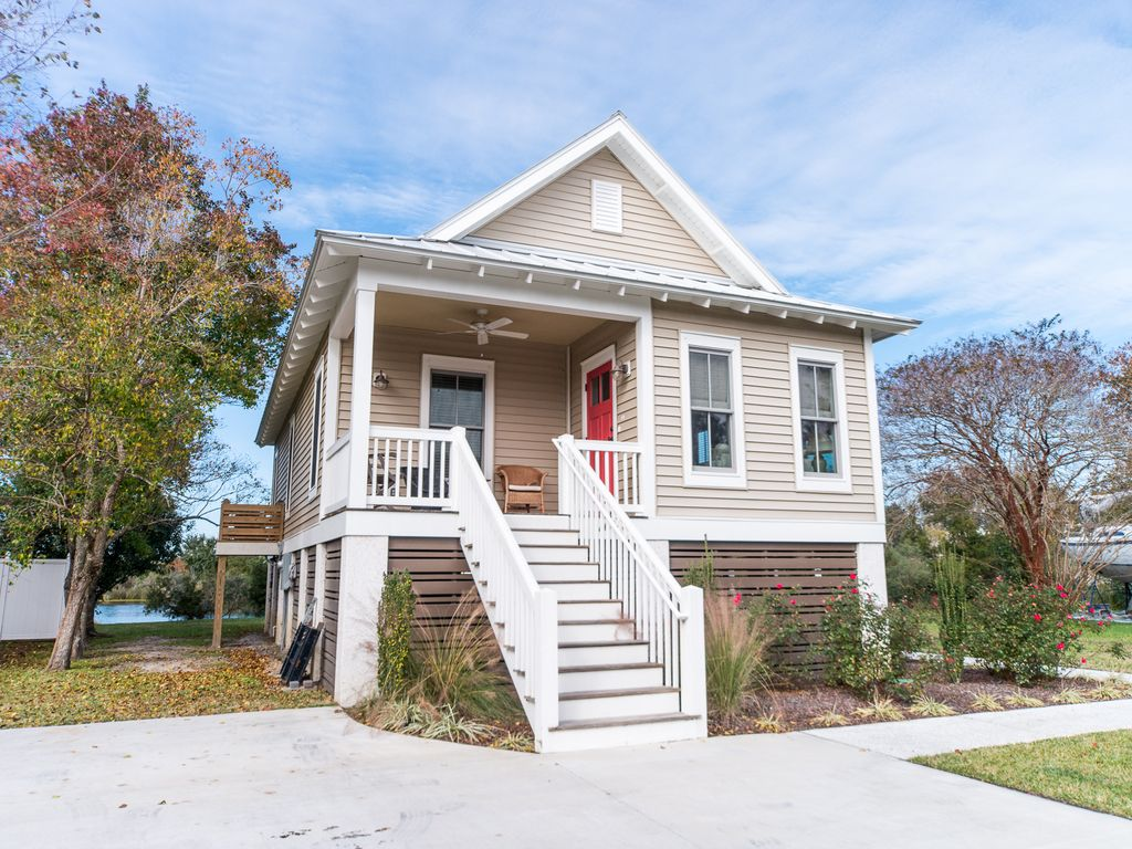Close to folly beach charleston charming homeaway for Charleston dog house