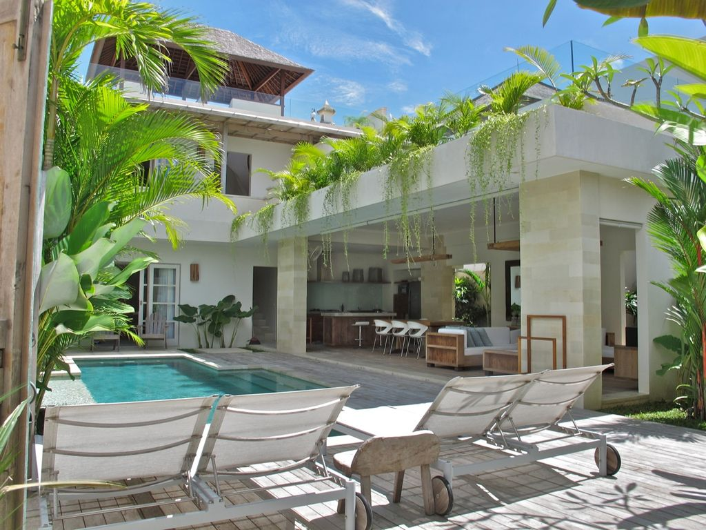 Discreet luxury living only 50 meters from the surf!