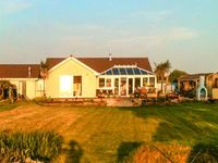 SKYGAZERS REST, pet friendly, with hot tub in Morwenstow, Ref 913822