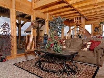 COZY LIVING ROOM OVERLOOKING MT LE CONTE MOUNTAINS