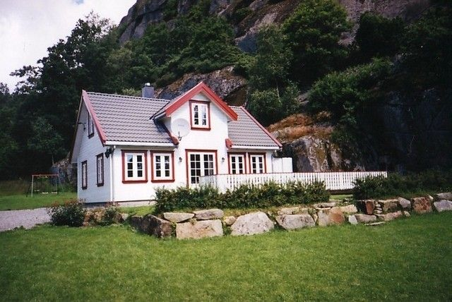 Norwegian cottage for 8 people with a large garden and private bay