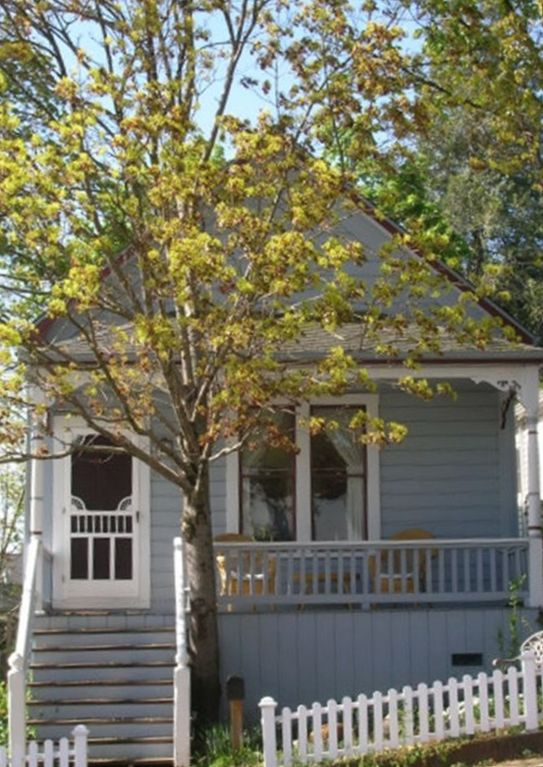 Cozy Renovated Victorian Near Downtown
