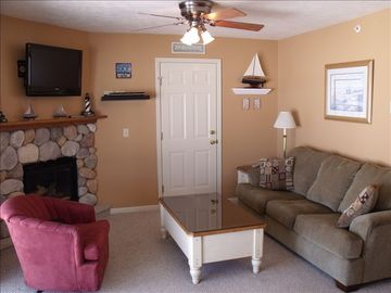 Living rm. w/gas fireplace, sofabed bed, cable TV w/DVD, on Portage Lake.