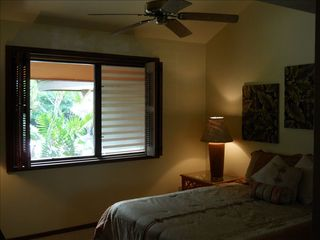 Kihei condo photo - Big guest room with Queen Bed and Vaulted Ceilings