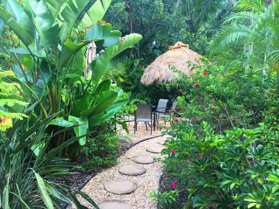 5 Star updated home, tropical garden~Close to Beaches/St Armands/Main St cafes