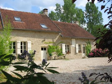 Epoisses farmhouse rental - Gite and courtyard