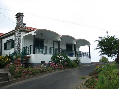 Home to São Miguel Holiday overlooking the sea and mountain, terrace, balcony