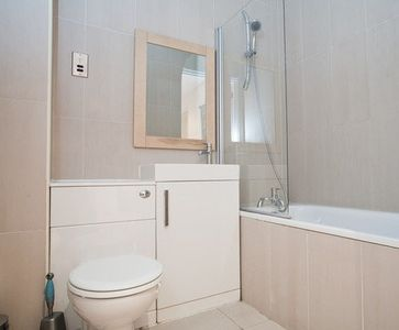 Flat 1 - Modern bathroom