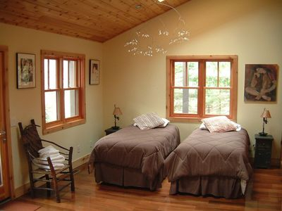 ZENADU: CHICAGO CHIC MEETS WOODLAND RUSTIC IN THIS TRANQUIL RETREAT - twin beds in guestroom can be joined as a kingbed.